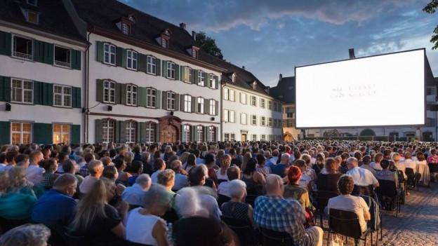 Filmvorführung auf dem Basler Münsterplatz
