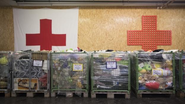 Kisten mit Waren von Rot Kreuz