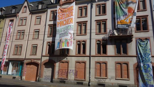 Transparente an Häuserfassaden