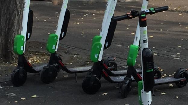 parkierte Elektro Trottinetts