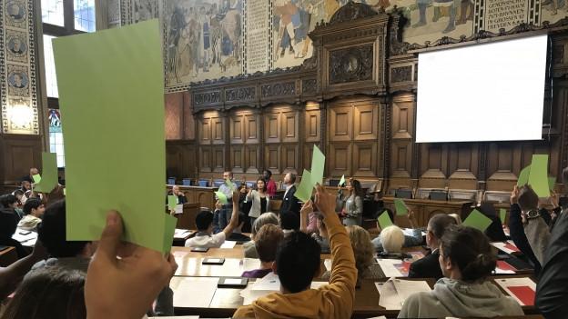 Die Abstimmung an der Session erfolgte mit grünen oder roten Zetteln.