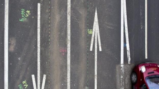 Eine Strasse mit vier Spuren