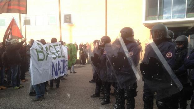 Demonstranten und Polizisten