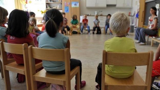 Die Kinder sind beim Eintritt in den Kindergarten jünger und brauchen deshalb mehr Unterstützung, argumentieren die Kindergärtnerinnen und Kindergärtner.