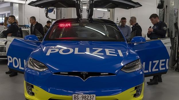 Sorgt für viel Aufsehen: der neue Tesla der Basler Polizei.