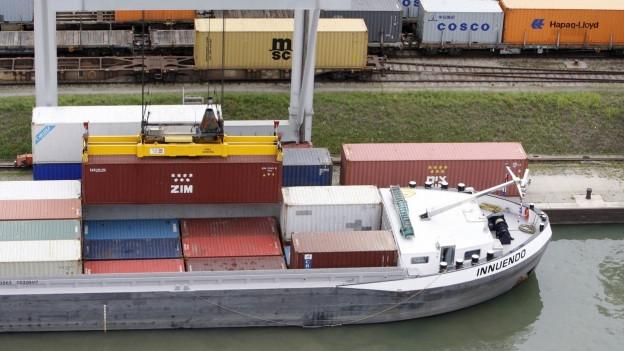 Transportschiff im Rheinhafen