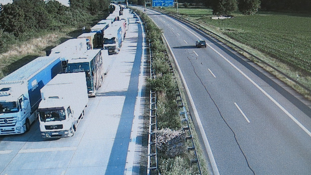 Lastwagenstau auf dem Monitor