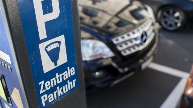 Die Anwohnerparkkarten in Basel sollen statt 140 neu 284 Franken kosten.