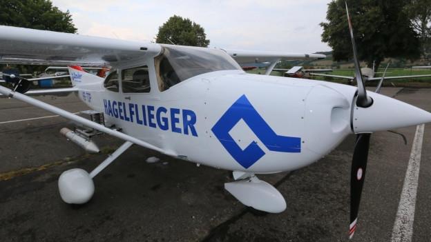 Der Hagelflieger ist auf dem Flugplatz Birrfeld im Aargau stationiert.