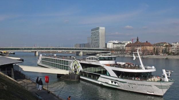Hotelschiffe müssen im Hafen bleiben.