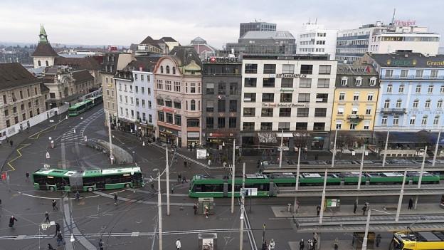 Trams, Busse, Fussgänger, Autos - der Basler Centralbahnplatz ist ein Durcheinander.