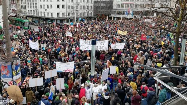 Tausende Menschen demonstrieren in Basler Innnenstadt