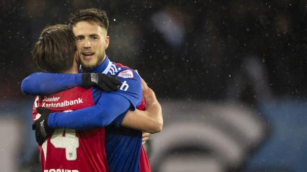 Basels Ricky van Wolfswinkel, rechts, jubelt mit Valentin Stocker zum 3:0 Tor.