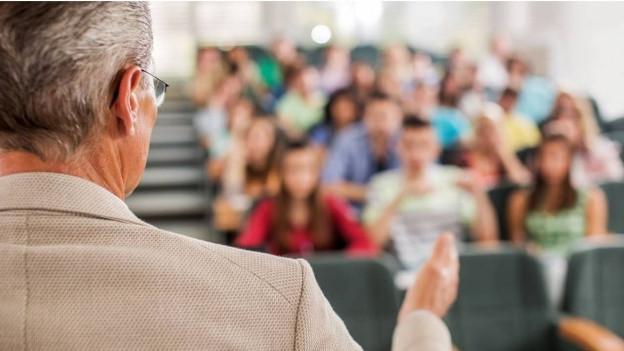 Mann spricht vor Studierenden