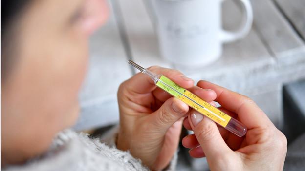 Frau mit Fiebermesser