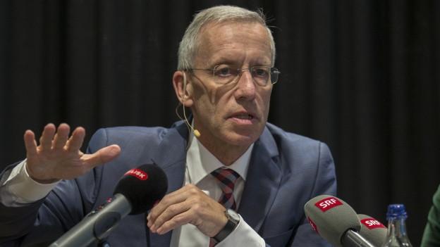 Porträt Werner Widmer mit Mikrofonen