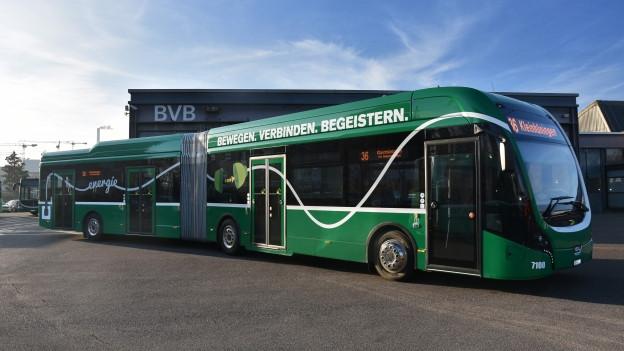 Der Gelenkbus fährt nur mit Strom aus einer Batterie