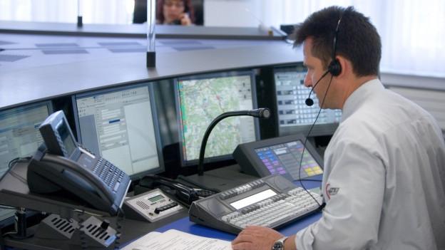 Die Alarmzentrale in Liestal - auch hier findet ein Informationsaustausch mit anderen Kantonen statt