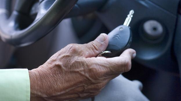 Hand mit Autoschlüssel