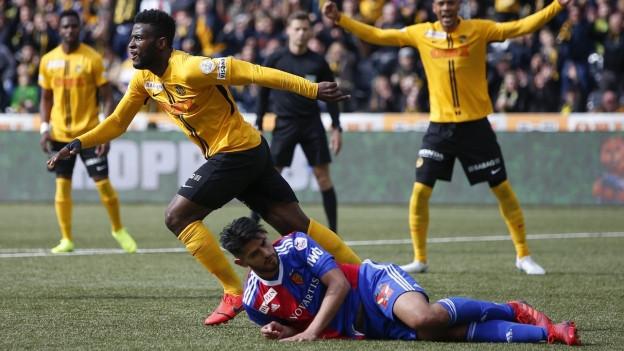 YBs Jean-Pierre Nsame, vorne links, jubelt nach seinem Tor zum 1-1