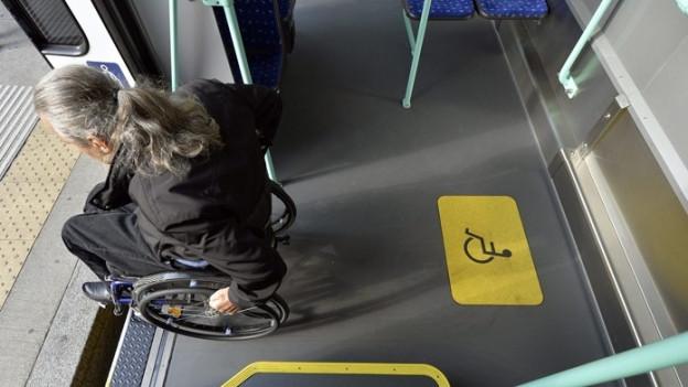 Rollstuhlfahrer, der Tram verlässt.