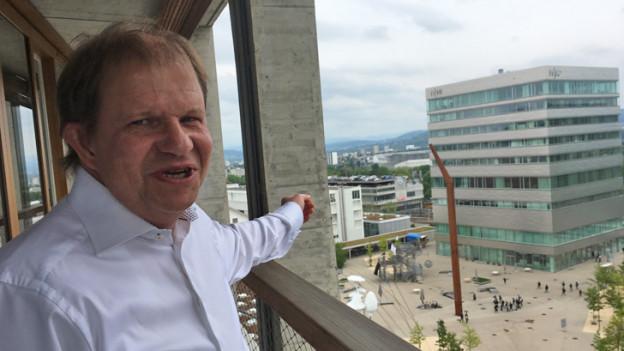 Peter Driessen zeigt seine Aussicht aus dem Helsinki-Bau auf dem Dreispitz-Areal.