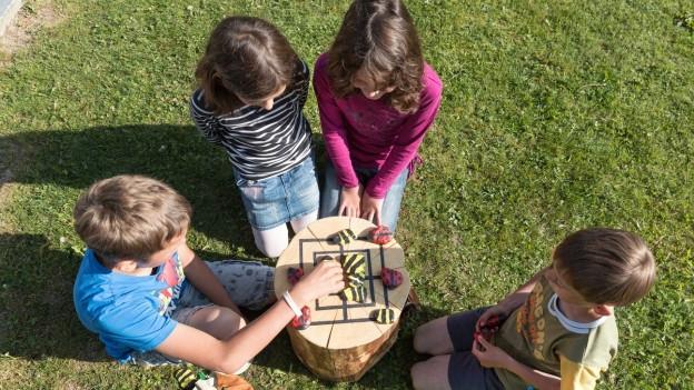 Kinder spielen in Ferien mit Schule