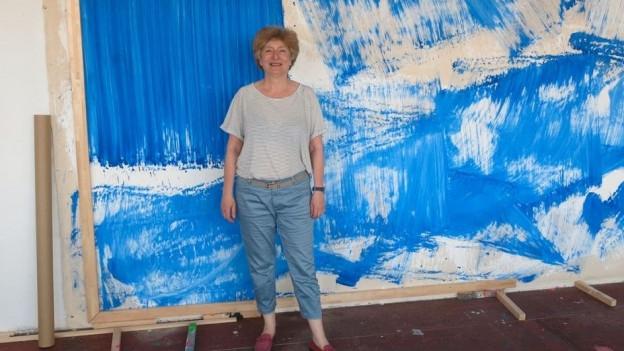 Künstlerin Renée Levi vor ihrem Bild