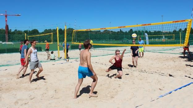 Beachvolleyball-Spielerinnen - und spieler im Einsatz.