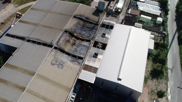 Das Dach des Produktionshauses ist verbrannt. Sicht von oben.