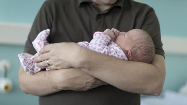 Junge Väter bekommen bei Manor neu drei Wochen Vaterschaftsurlaub