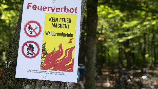 Schild warnt vor Waldbränden
