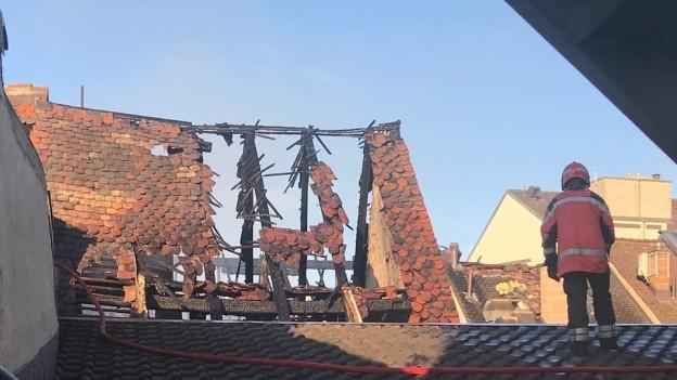 Noch am Morgen nach dem Brand war die Feuerwehr mit Löschen bschäftigt