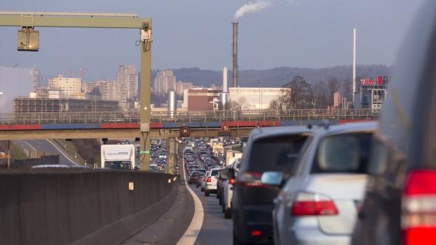 Autos auf Autobahn im Stau