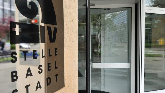 Schild am Eingang der Basler IV-Stelle