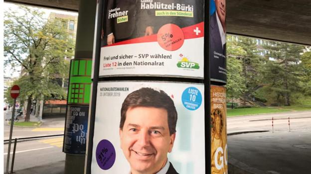 Plakate aller Parteien wurden überklebt