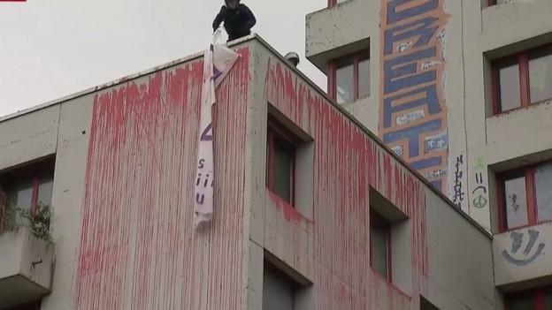 Die Räumung hatte am frühen Morgen begonnen. Die Polizei rückte mit einem grossen Aufgebot beim besetzten Gebäude an.