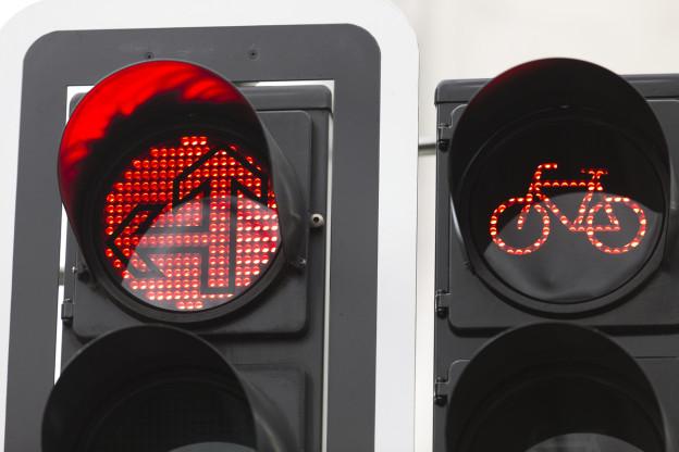 Auto - und Veloampel, die auf rot steht.