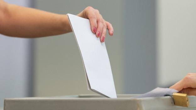 Urne und Stimmzettel
