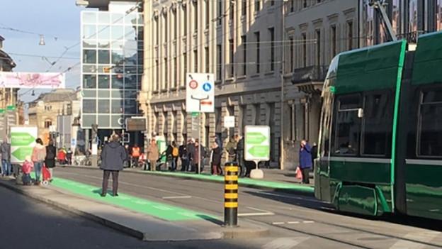 Die Markierungen am Boden sollen zeigen, wo die Trams halten.