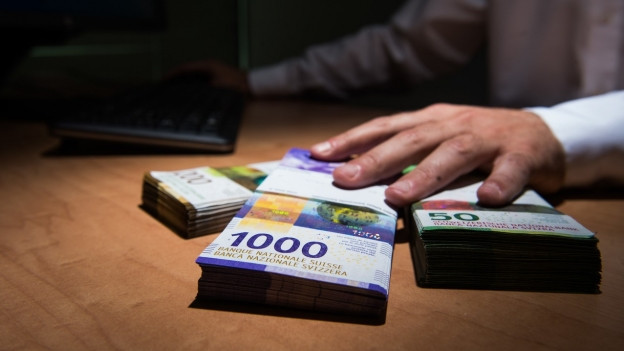 Betrüger versuchen Bargeld zu erbeuten und geben sich als Polizisten aus