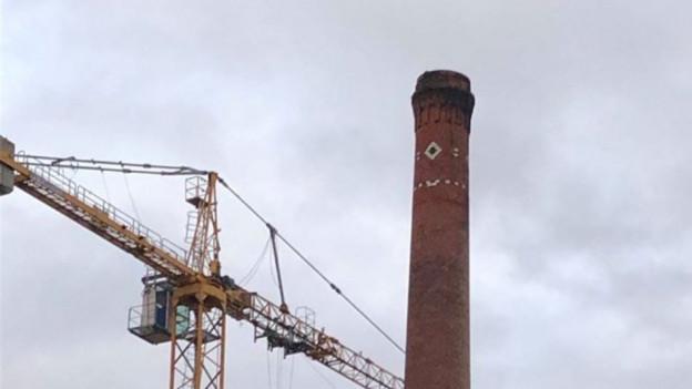Der Kamin steht auf dem Areal der alten Papiertfabrik in Zwingen