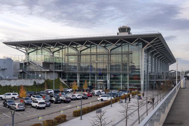 Autos neben dem Flughafen-Gebäude.