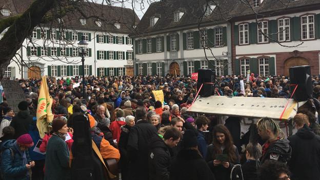 Hunderte Leute auf dem Münsterplatz