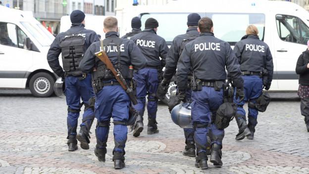 Polizisten wurden von FCB-Fans angegriffen.