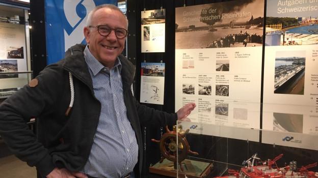 Museumsdirektor Rolf Schlebach vor einem Modell.
