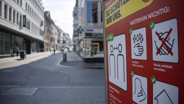 Corona Hinweis in der leeren Basler Innenstadt