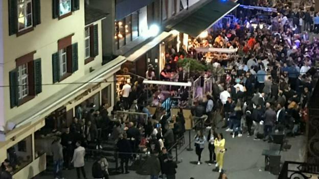 Viele Menschen in der Basler Steinenvorstadt.
