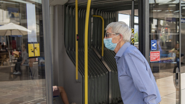 Ab heute nur noch mit Maske: Passagier im Tram