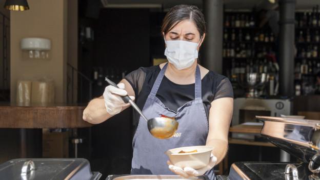 Eine Frau mit Schutzmaske